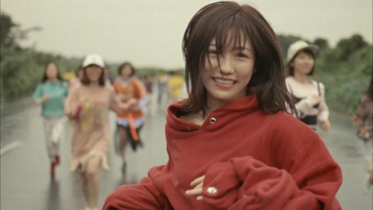 AKB48「11月のアンクレット」ミュージックビデオのワンシーン。