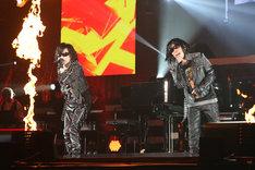 「紅」を歌唱するToshl(左)と岡村隆史(右)。(写真提供:ニッポン放送)