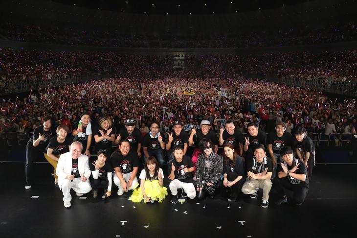 「オールナイトニッポン50周年 岡村隆史のオールナイトニッポン歌謡祭 in 横浜アリーナ 2017」の集合写真。(写真提供:ニッポン放送)