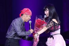 岡村隆史(左)に花束を渡すぱいぱいでか美(右)。(写真提供:ニッポン放送)