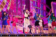 「ダンシング・ヒーロー(Eat You Up)」をバブリーに踊る荻野目洋子と登美丘高校ダンス部。(写真提供:ビクターエンタテインメント)