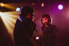PUNPEEを見つめながら歌う一十三十一と、それに動揺するPUNPEE。(Photo by cherry chill will)