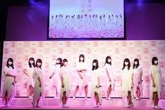 「『三次元マスク×欅坂46』新CM記者発表会」に登場した欅坂46メンバー。