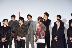 達磨一家の先輩たちからスルーされそうになり挙手する田中俊介(後列左から2人目)。