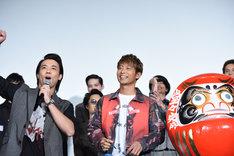 太鼓の音で会場を盛り上げる小澤雄太(左)と、達磨の目入れ役を務めた黒木啓司(右)。