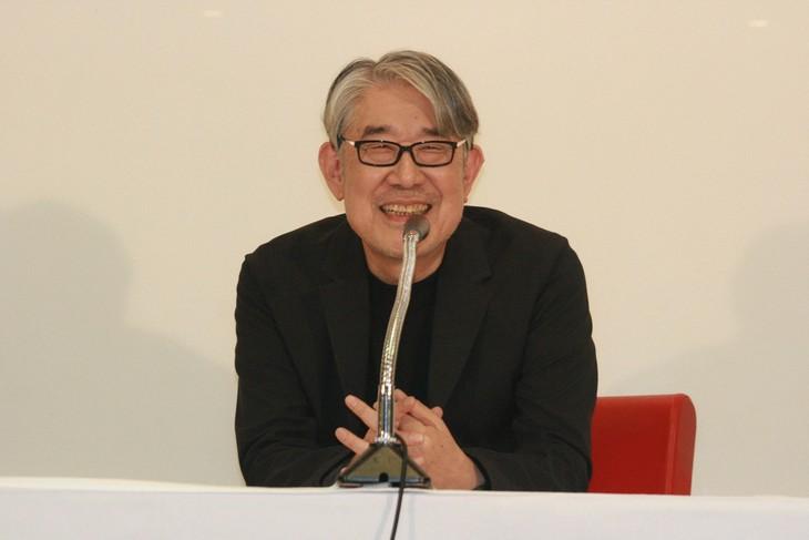 記者会見で笑顔を見せる松本隆。