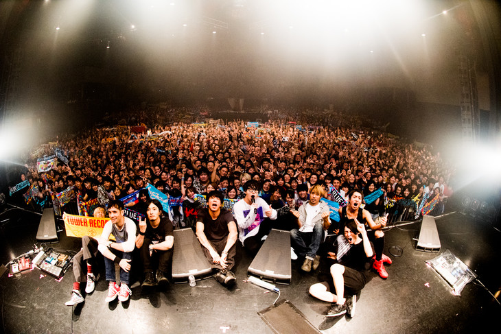 「TOWER RECORDS presents Bowline 2017 curated by BLUE ENCOUNT & TOWER RECORDS」東京・新木場STUDIO COAST公演での集合写真。(撮影:浜野カズシ)