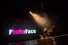 「PiaNoFace」を演奏するまらしぃ。(撮影:石阪大輔)