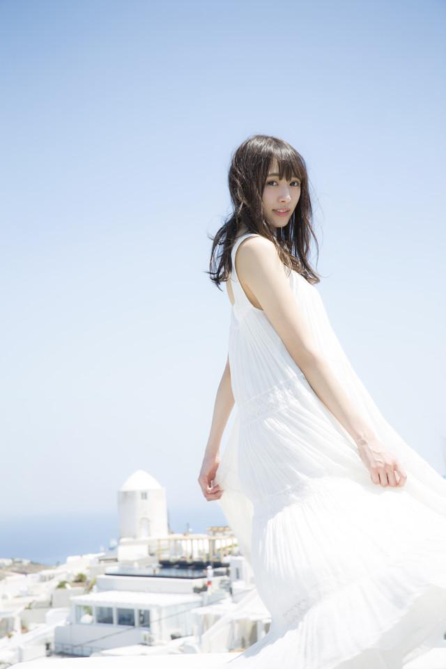 地中海に立つ白い服の渡辺梨加