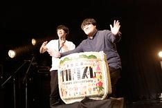 鏡割りを行う角張渉社長(左)とスカート澤部渡(右)。(撮影:三浦知也)