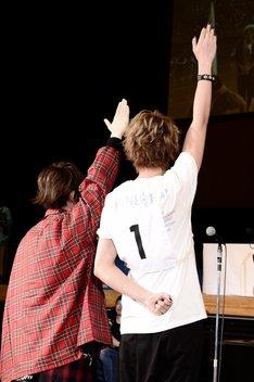 選手宣誓をするうらたぬき(左)とluz(右)。(撮影:小松陽祐[ODD JOB])