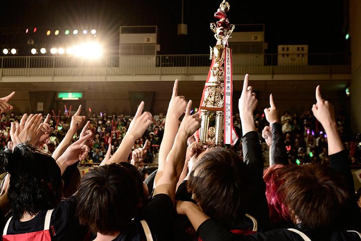 3度目の優勝を手にした赤組のメンバー。(撮影:小松陽祐[ODD JOB])