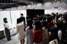 ドラフト候補者たちに激励の言葉を送る横山由依(左端)。(c)AKS