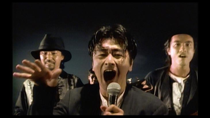 KUWATA BAND「スキップ・ビート(SKIPPED BEAT)」ミュージックビデオのワンシーン。