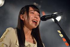 「課題曲2曲をギターで演奏する」という試練をクリアし、目に涙を浮かべる塩川莉世。