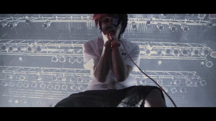 ヒステリックパニック「Shut up」ミュージックビデオのワンシーン。
