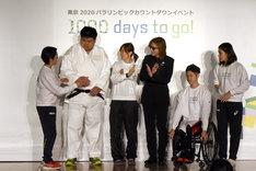 YOSHIKI(X JAPAN)と、Xポーズを教わるパラスポーツ選手たち。