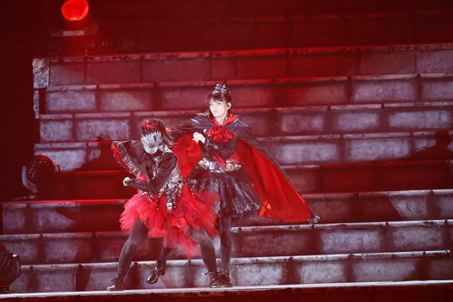過去の衣装を着た影武者と戦うSU-METAL(Vo, Dance)。(Photo by Tsukasa Miyoshi [Showcase])