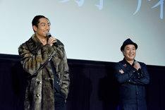 左からAKIRA、久保茂昭監督。