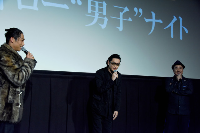 左からAKIRA、井浦新、久保茂昭監督。