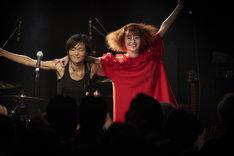 左から三上ちさこ、奥が新津由衣。 (Photo by Ikeya Tomohide)