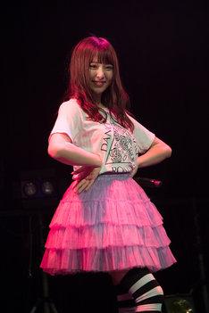 2017年12月に行われた2ndワンマンライブ「DANCE DANCE ROMANCE: PART I」出演時のレナ。(写真提供:ポニーキャニオン)