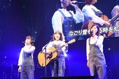 「なごり雪」を歌う小畑優奈、イルカ、松井珠理奈。(c)AKS