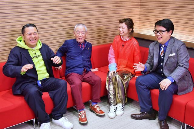 角淳一とJean-Ken Johnnyの対談をモニタリングする出演者たち。(c)MBS