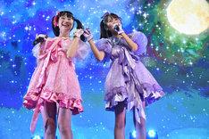 「キラキラ☆ビューン」を歌う山田なみ(左)と宮島るりか(右)。