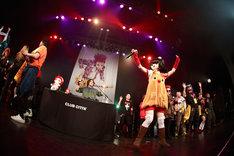DJ-INA、桃知みなみ、ステージに上がったファン。(c)HEADWAX ORGANIZATION CO.,LTD.(Photo by nonfix creative[HIROYUKI UENO / HITOMI KATADA])