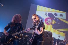 hideバンドセッション時のPATA(G)、CHIROLYN(B)。(c)HEADWAX ORGANIZATION CO.,LTD.(Photo by nonfix creative[HIROYUKI UENO / HITOMI KATADA])