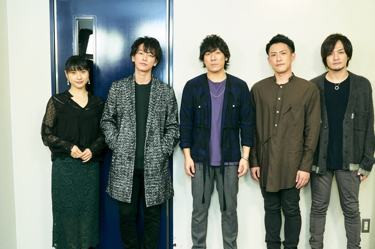 左から土屋太鳳、佐藤健、back number。