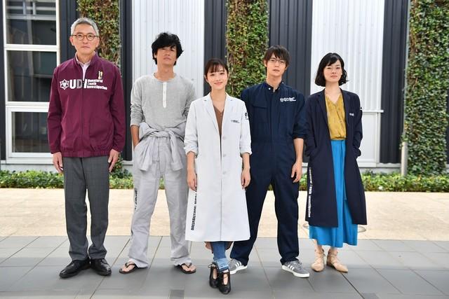 TBS系ドラマ「アンナチュラル」の出演者。左から松重豊、井浦新、石原さとみ、窪田正孝、市川実日子。(c)TBS