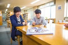 母校を訪問する山村隆太(Vo)と尼川元気(B)。