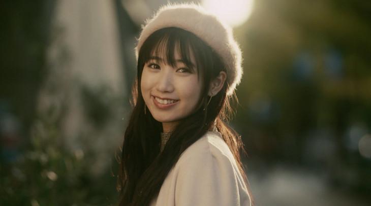 上野優華「おはよう」のミュージックビデオのワンシーン。