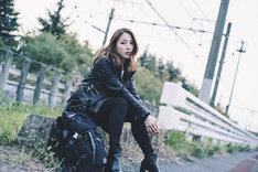 吉川友「DISTORTION」ミュージックビデオのオフショット。