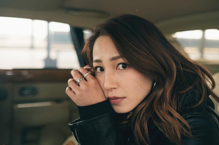 吉川友「ときめいたのにスルー」ミュージックビデオのオフショット。