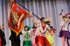 優勝旗を掲げる百田夏菜子。(Photo by HAJIME KAMIIISAKA)
