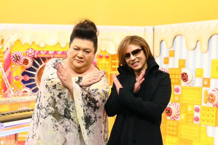 左からマツコ・デラックス、YOSHIKI(X JAPAN)。(c)TBS