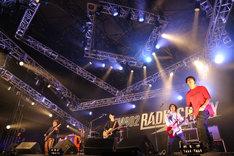 細美武士(MONOEYES)がゲスト参加したストレイテナーのライブの様子。(写真提供:FM802)