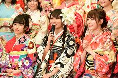 左から向井地美音(AKB48チームK)、白間美瑠(NMB48チームM / AKB48チームA兼任)、宮脇咲良(HKT48チームKIV、AKB48チームA)。