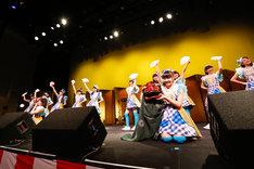 金屏風の飾られたステージで扇子と獅子頭を持つ3B junior。(撮影:笹森健一)