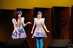 漫才を披露する栗本柚希(左)と鈴木萌花(右)によるコンビ・くりもえか。(撮影:笹森健一)