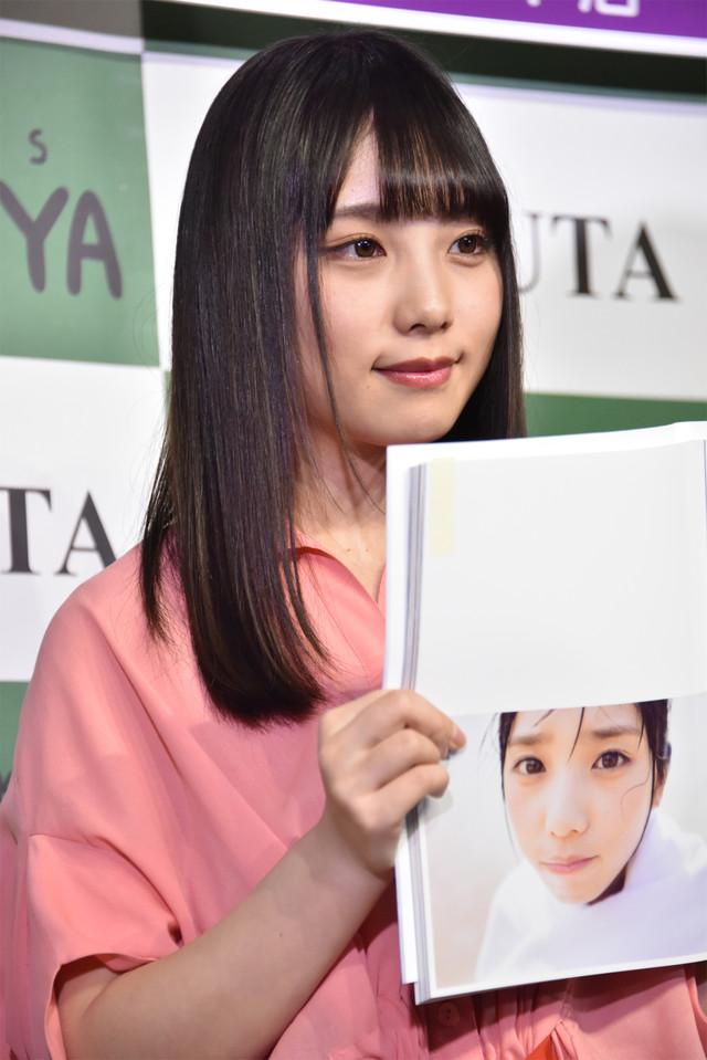 お気に入りのカットを見せる与田祐希。
