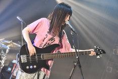 しばたありぼぼ(B, Vo)(Photo by Azusa Takada)