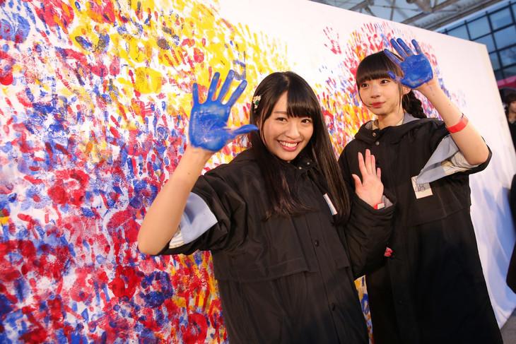 「1時間で押された最多手形ペイント」に挑戦したNGT48の北原里英(左)と荻野由佳(右)。(c)AKS