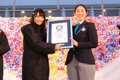NGT48キャプテン北原里英(左)にギネス世界記録認定証明書を手渡すマクミラン舞氏(右)。 (c)AKS
