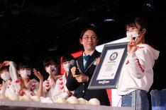 「100個のおにぎりを作る最速時間」でギネス世界記録に認定されたNGT48。(c)AKS