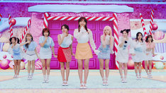 TWICE「Candy Pop」MVのワンシーン。