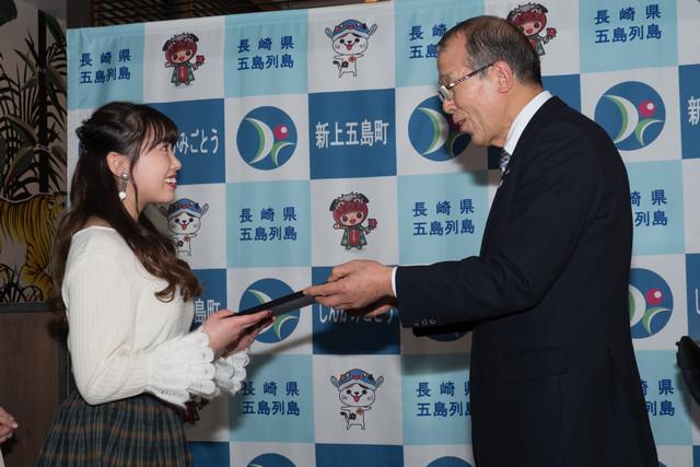GOTO Satoumiアンバサダー委嘱状を受け取る中島早貴。
